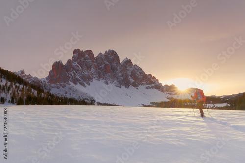 Geisler im Sonnenuntergang, Abstieg vom Zendleser Kofel (Col di Poma), Funes, Tolle Frau im Schnee, Spass am Wandern im Winter, aktiv Winterwandern auf Schneeschuhen in den Dolomiten