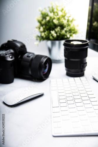 Fototapeta Profesjonalny aparat fotograficzny.  Aparat fotograficzny i komputer narzędzia pracy fotografa obraz