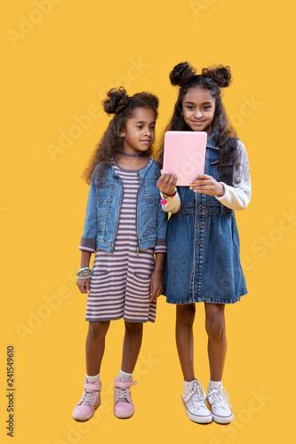 Fotografía  Cute pretty young girls using modern technology
