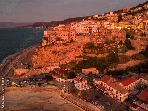 Zdjęcie XXL Widok z lotu ptaka Pizzo Calabro, jetty, kasztel, Calabria, turystyka Włochy. Panoramiczny widok z morza. Sunset. Domy na skale. Na klifie stoi zamek aragoński