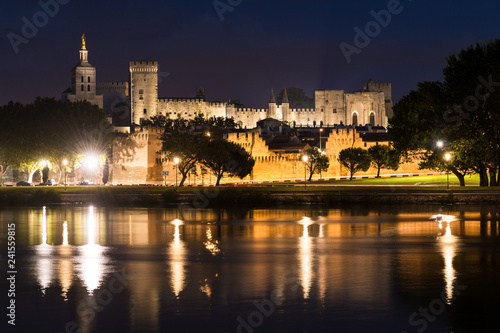 Photo Blick auf die Altstadt von Avignon bei Nacht