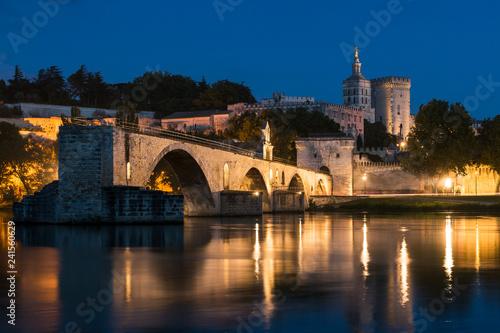 Blick auf die Altstadt von Avignon bei Nacht Canvas Print