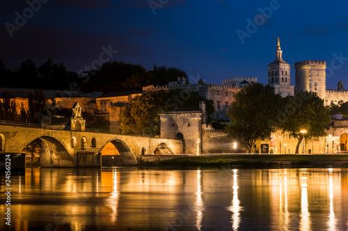 Blick auf die Altstadt von Avignon bei Nacht Wallpaper Mural