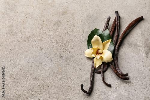 Fotomural  Aromatic vanilla sticks on grey background