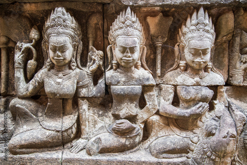 Photo  Ancient ruins and bas relief in Siem Reap Park, Cambodia