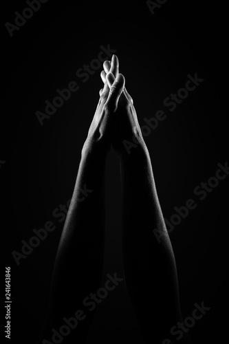 polaczone-dlonie-w-powietrzu-czarno-bialy-obraz-o-wysokim-kontrascie