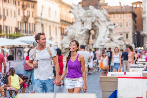 Naklejka premium Europa podróż turystów para spaceru w Rzymie, Włochy, na Piazza Navona, słynnej atrakcji turystycznej. Styl życia ulicznego miasta, wakacje letnie. Ludzie relaksujący cieszący się życiem.