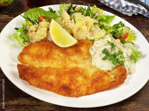 Backfisch mit Kartoffelsalat und Remoulade