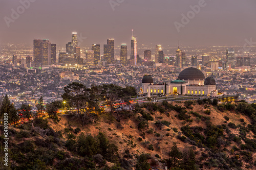 Fotografie, Obraz Griffith Observatory and the Skyline of Los Angeles at Dusk