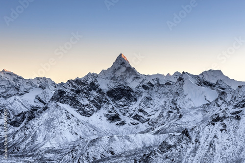 Photo Beautiful Ama Dablam peak lit by the very first ray of morning sun