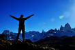 Silueta de una persona en lo alto de la montaña tras llegar a la cima