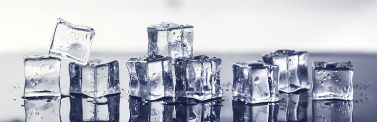 mokre kostki lodu na czarnej powierzchni z odbiciem. transparent