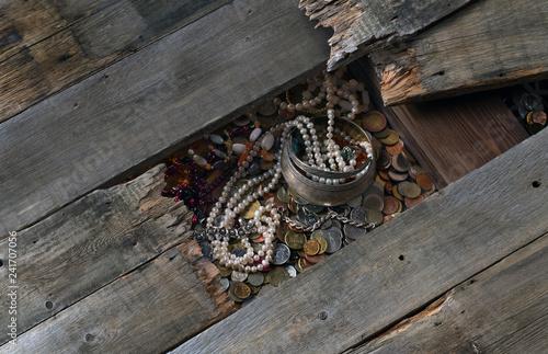 Fotografía  treasure of coins and jewels under the floor boards