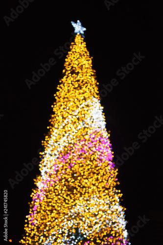 Fotografía  Glittering Glowing Sparkling Gold defocused Night Light (bokeh) Illumination background with decorated Christmas Tree