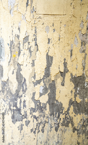 Poster Vieux mur texturé sale Wand mit abplatzender Farbe in Gelb und Grau Licht von oben links