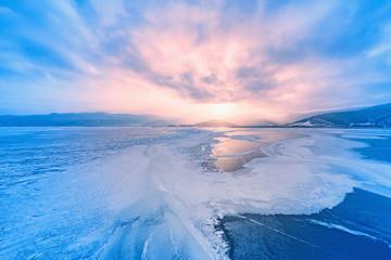 Smrznuta površina jezera Baikal pri zalasku sunca.