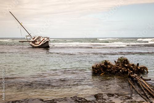 Voilier échoué dans la baie de Puerto Viejo Canvas Print