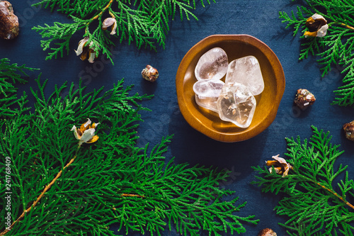 Fotografía  Clear Quartz and Garnet with Incense Cedar