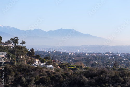 Fotomural Smoggy morning cityscape view of hillside homes with Hollywood, Los Angeles and the San Gabriel Mountains in background