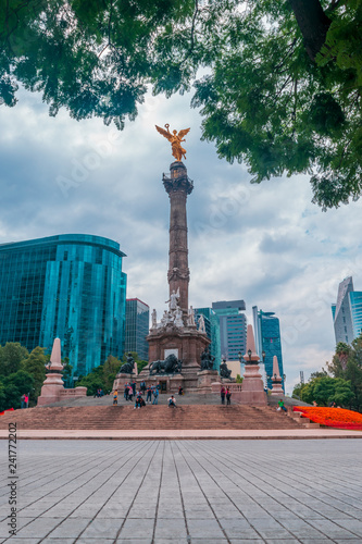 Tuinposter Long shot of the most important landmark in Mexico: The angel of Independence, buildings and people walking around on blue sky