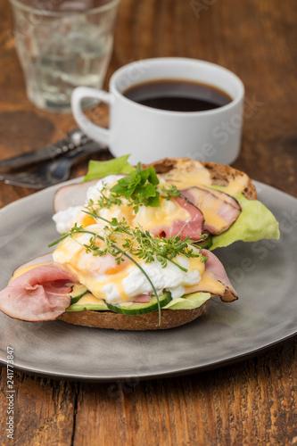 Nahaufnahme von Eiern Benedikt mit Kaffee