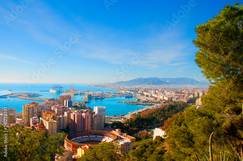 Fotografía  View on the mediterranean sea, buildings, pine trees and mountains