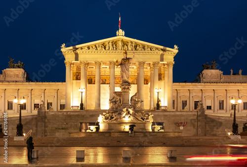 Parlament Wien bei Nacht