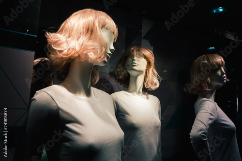 Fotografia  Woman mannequins in t shirts on the sell podium