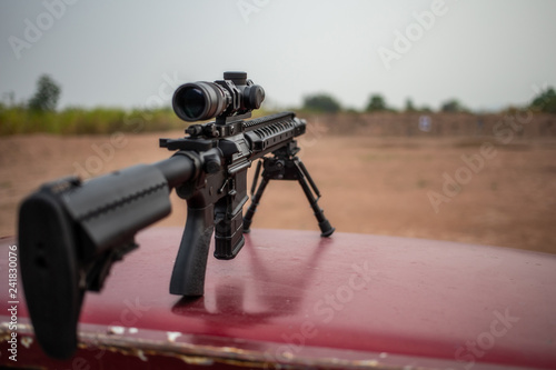 Fotografía  assault rifle on shooting field