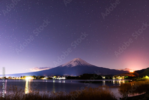 фотография 湖の向こうに見える夜の富士山