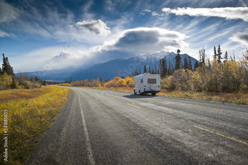 Spoed Fotobehang Centraal-Amerika Landen Alaska Highway near Destruction Bay, Yukon, Canada