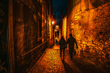 Couple Walking Through A Narrow Street In Edinburgh At The Royal Mile Night Shot Edinburgh At Night Scotland Travel Concept