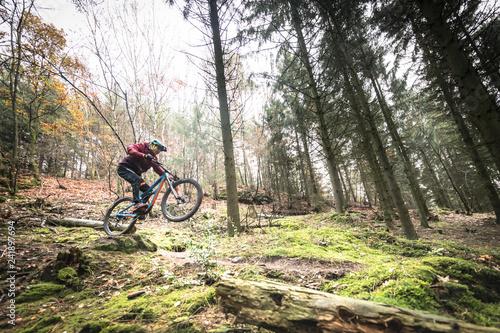Valokuva  Sport extrême vtt de descente dans les bois en automne