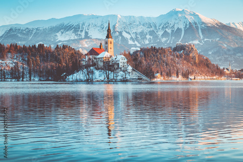 Staande foto Europese Plekken Lake Bled with Bled Island and Castle at sunrise in winter, Slovenia