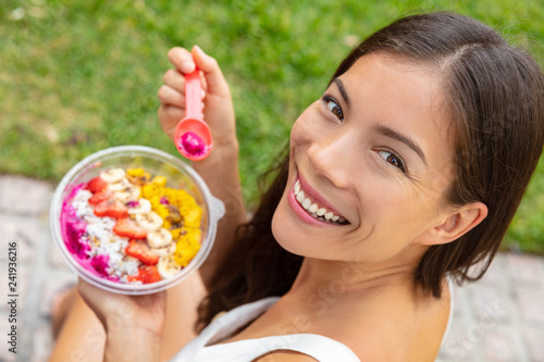 Foto  Acai bowl healthy eating Asian woman showing fruits smoothie breakfast outside in park for lunch