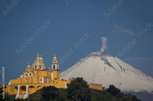 Fotomural Iglesia de los Remedios en Cholula Puebla y el Popocatépetl