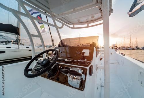 Fotografía  A modern speed boat yacht steering wheels.