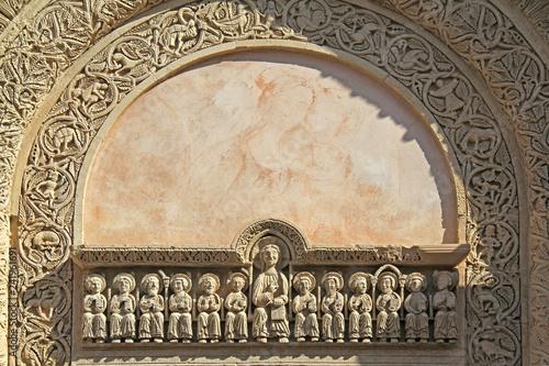 Photo architrave scolpito e lunetta del portale  della Basilica di Santa Caterina d'Al