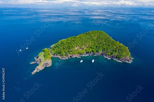 Fototapeta Łodzie nurkowe SCUBA wokół odległej, pięknej tropikalnej wyspy (Ko Bon)