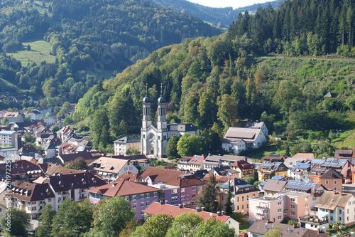 Papiers peints Kaki Blick auf todtnauberg und Todtnau Stadt im Südschwarzwald in Baden-Württemberg, zwischen Feldberg und Belchen