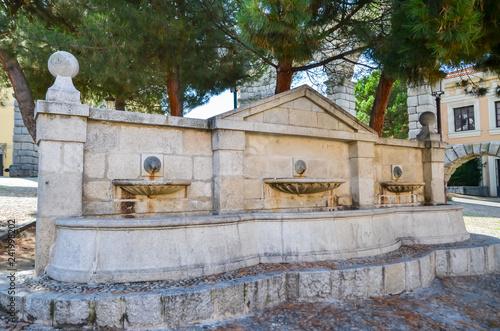 Poster Monument 古代ローマ遺跡 セゴビア水道橋脇の噴水(スペイン)
