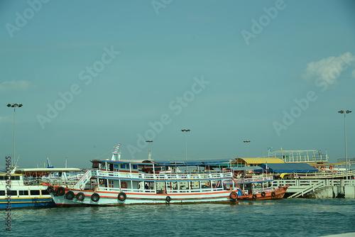 Fototapeta Boote und Fähren an der Küste Thailands obraz na płótnie