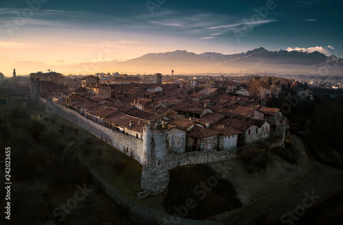 Photo Aerial view of Ricetto of Candelo, Biella, Italy, at golden hour beautiful lands