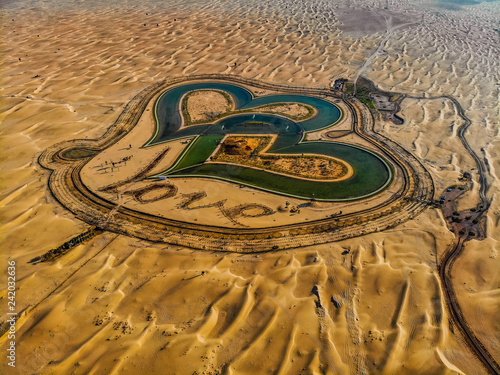 Fototapeta premium Widok z lotu ptaka na cały Love Lake Dubai w Al Qudra