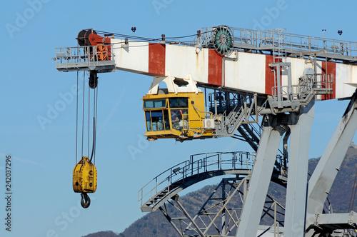 Photo  Una gru portuale al lavoro in un'area industriale della banchina
