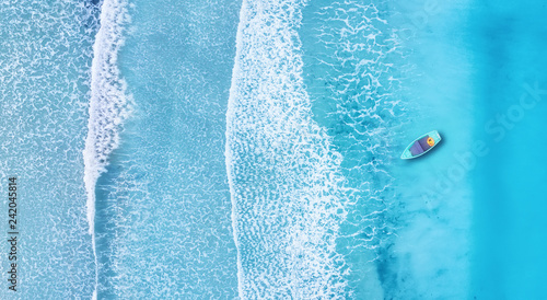 Foto auf Gartenposter Wasser Beach and waves from top view. Turquoise water background from top view. Summer seascape from air. Top view from drone. Travel concept and idea