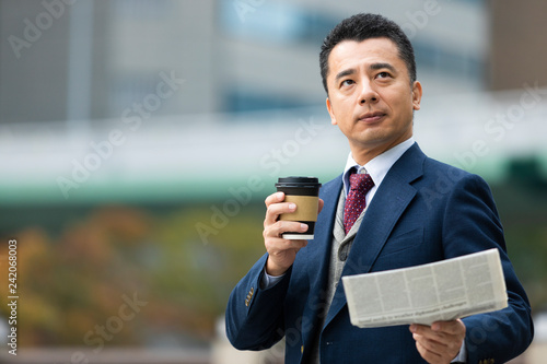 Fotografie, Obraz  新聞を読むビジネスマン
