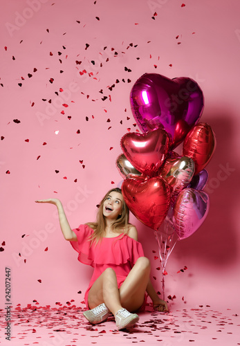 Платно Valentine Beauty girl hold red and pink air balloons laughing on pink background