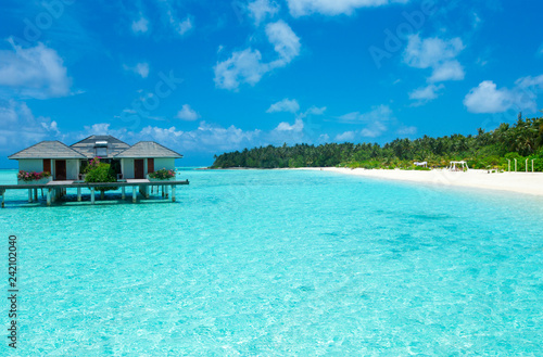 Foto auf AluDibond Turkis tropical Maldives island with white sandy beach and sea