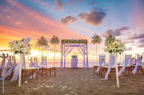 Cuadros en Lienzo beach ceremony setup with colorful sky